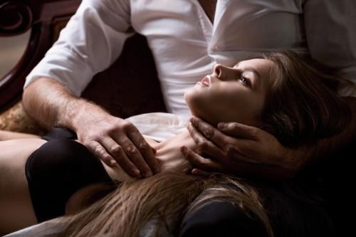 女性の鎖骨を撫でる男性